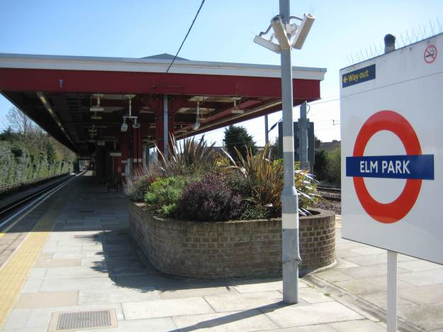 Platform and platform at Elm Park station.