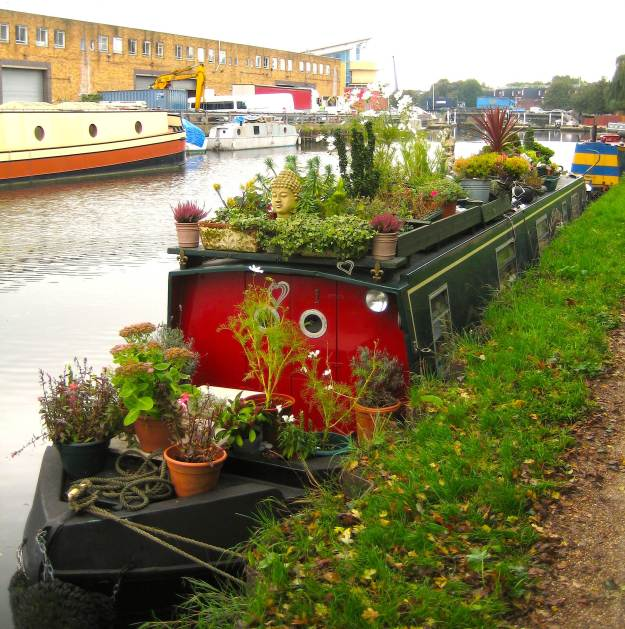Jobo's almost immaculate narrowboat. The boat behind is an art gallery and there's another boat that's an architect's practice. T. Hale has everything!